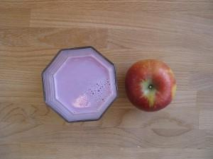 Trinkjoghurt und Apfel