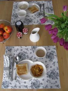 Samstagskaffee mit Brunch - VIPP Geschirr, Greengate, Aliacta Universalvase, Alessi Obstschale -02