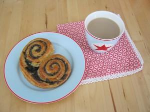 Samstagskaffee mit Mohnschnecke - Greengate Star pale blu Geschirr