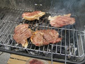 Grill mit Grillfleisch -2