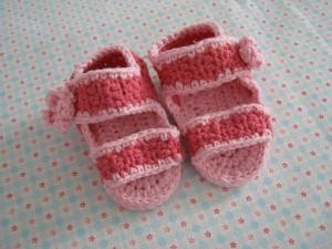 Häkelanleitung für Babyschuhe - Baby-Sandalen mit Blumen Knopf