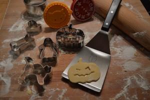Halloween Kekse backen - Plätzchen Rezept - Plätzchen Ausstecher Kürbis, Katze, Gespenst, Hexenhut, Knochen, Fledermaus