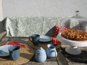 Herbstsonne auf dem Balkon - Apfelkuchen mit Zimtguss