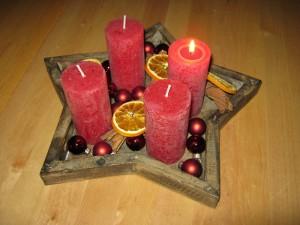 1. Advent - Adventskranz Stern und Adventsschmuck mit Glaskugeln, Orangenscheiben und Zimtstangen - Weihnachten