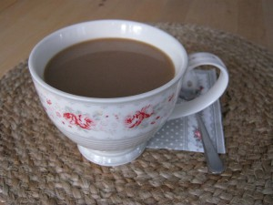 Sonntags-Kaffee drinnen im Warmen - Teacup Vilma Greengate - Tischset Ib Laursen